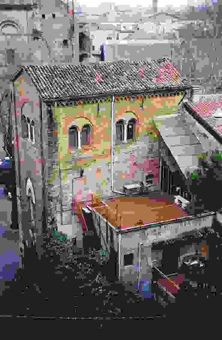 Immagine del complesso dell'ex campanile della cattedrale di Santa Colomba prima del restauro. Cumo Mori Roversi Architetti Case moderne