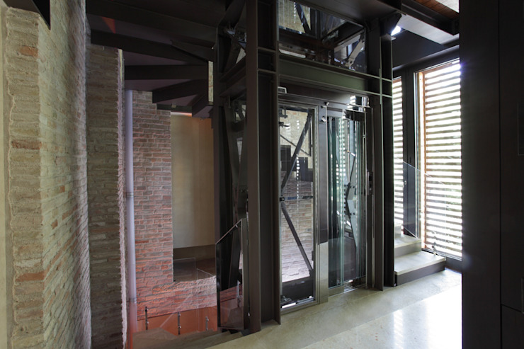 Pianerottolo al primo piano della nuova ala. Cumo Mori Roversi Architetti Ingresso, Corridoio & Scale in stile moderno