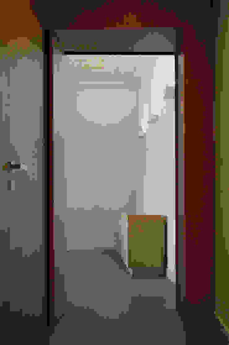 Alloggio in Via dei Pilastri Ingresso, Corridoio & Scale in stile moderno di G. Giusto - A. Maggini - D. Pagnano Moderno
