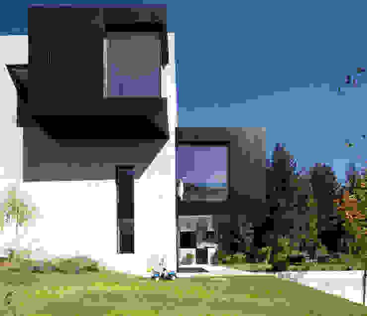 tra le foglie, casa p Case eclettiche di bergmeisterwolf architekten Eclettico