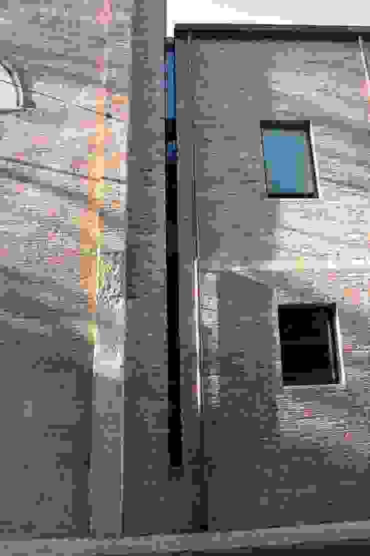 Dettaglio della connessione tra il campanile dopo il restauro ed il nuovo volume costruito sul sedime della sagrestia. Cumo Mori Roversi Architetti Case moderne