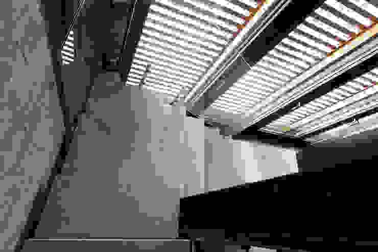 Dettaglio della scala principale in pietra, ferro e vetro. Cumo Mori Roversi Architetti Ingresso, Corridoio & Scale in stile moderno