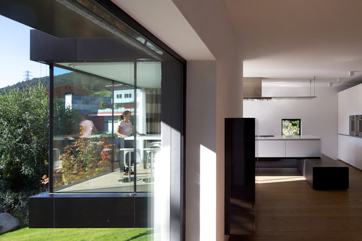 tra le foglie, casa p Soggiorno moderno di bergmeisterwolf architekten Moderno