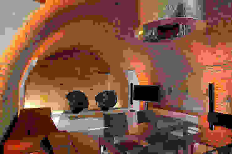 Il living realizzato al livello terra della torre. Cumo Mori Roversi Architetti Case moderne