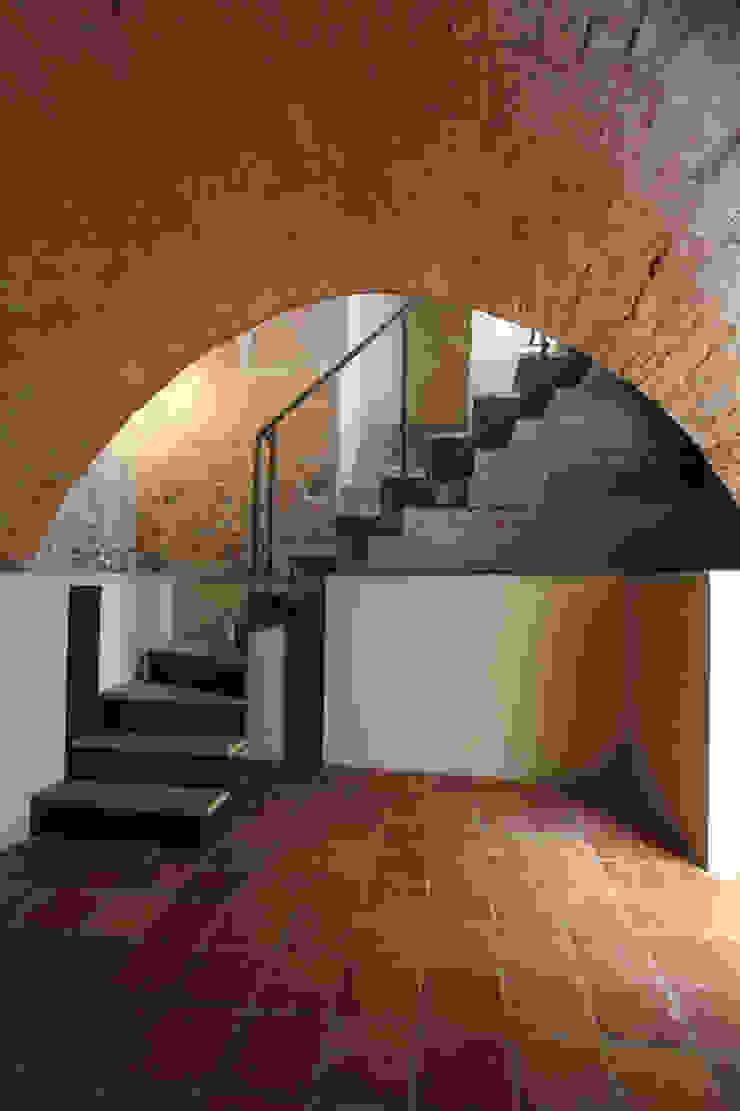 La scala che da accesso all'interrato sotto la torre. Cumo Mori Roversi Architetti Ingresso, Corridoio & Scale in stile moderno