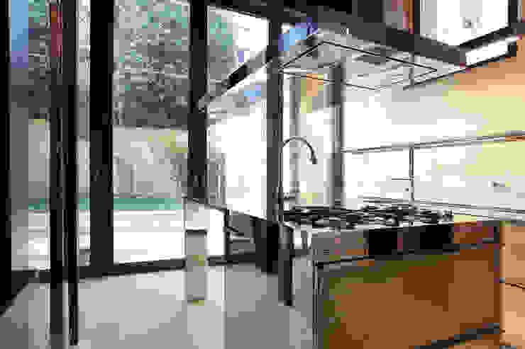 La cucina con vista sul giardino. Cumo Mori Roversi Architetti Cucina moderna