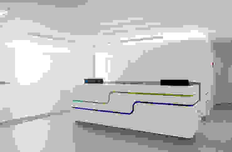 Modern corridor, hallway & stairs by Marius Schreyer Design Modern