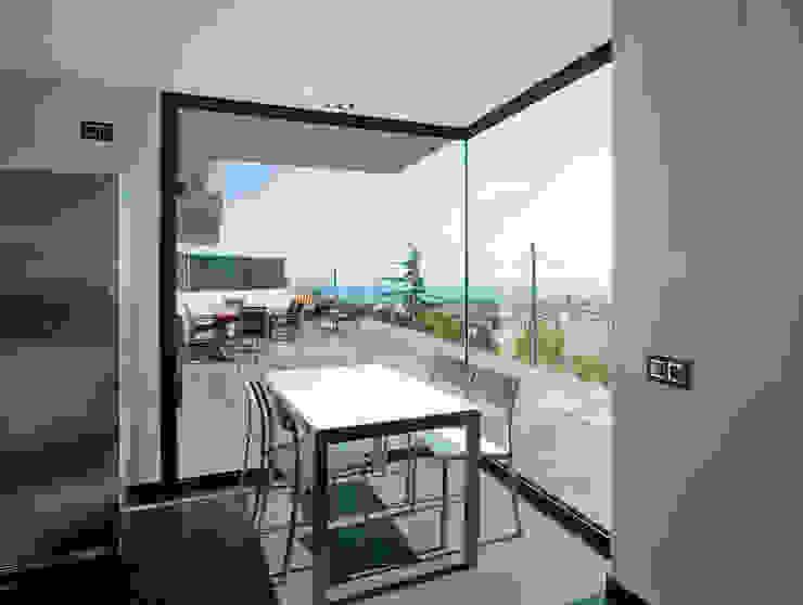 House at Pineda de Mar Balcony, veranda & terrace by Octavio Mestre Arquitectos