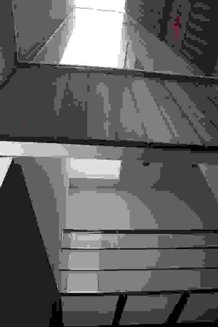 Vivienda en Sant Cugat Pasillos, vestíbulos y escaleras de Octavio Mestre Arquitectos