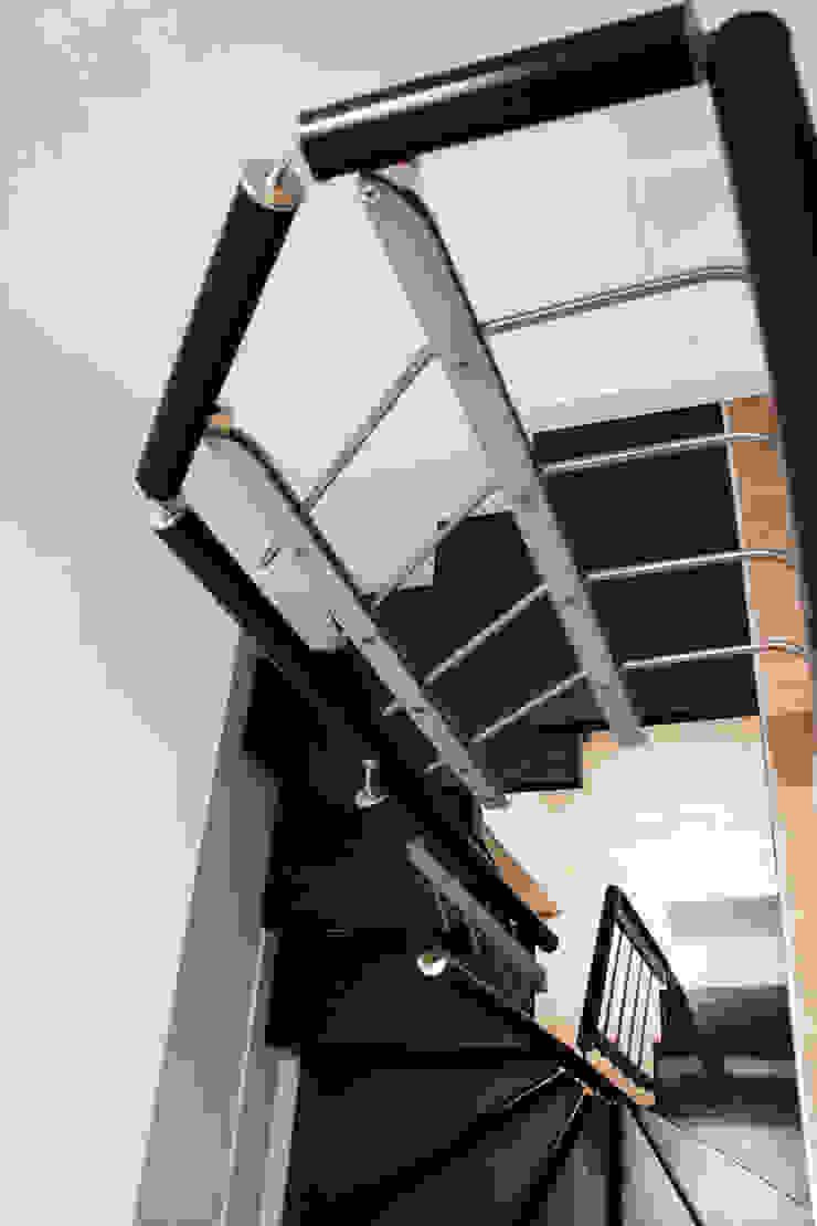 Laura Lucente Architetto Modern corridor, hallway & stairs