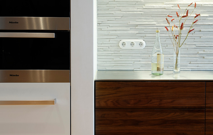 Splashguard homify KitchenCabinets & shelves