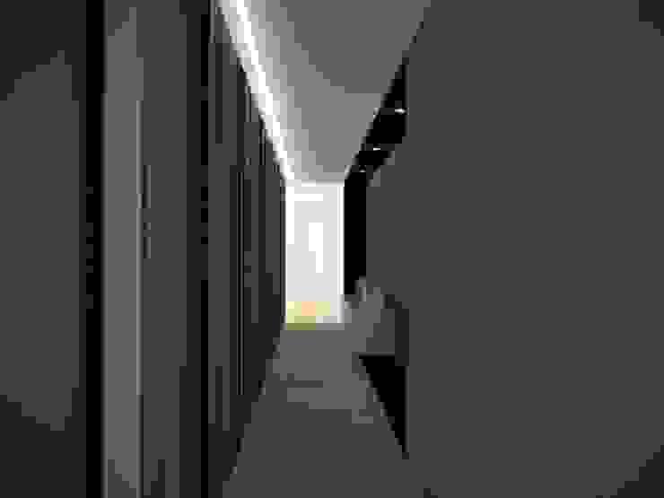 Corredores, halls e escadas modernos por labzona Moderno
