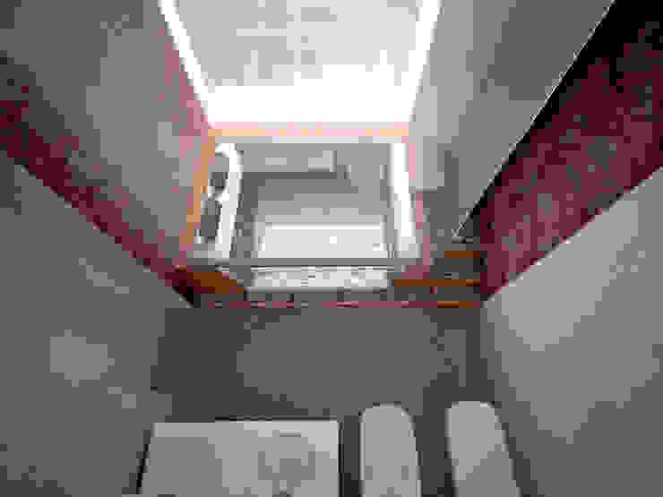 Banheiros modernos por labzona Moderno