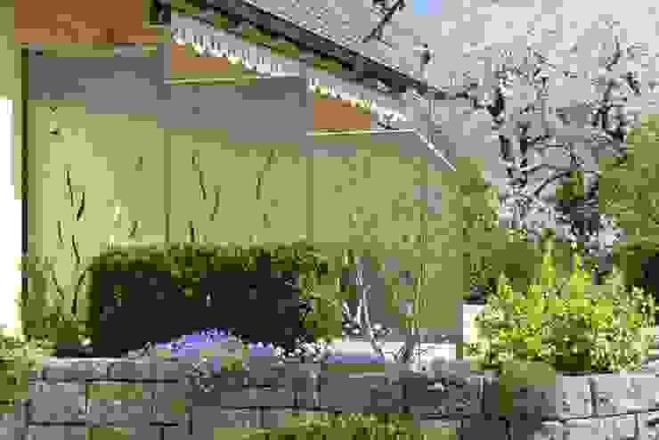 """Spring Feeling"" Moderner Garten von Edelstahl Atelier Crouse - individuelle Gartentore Modern"