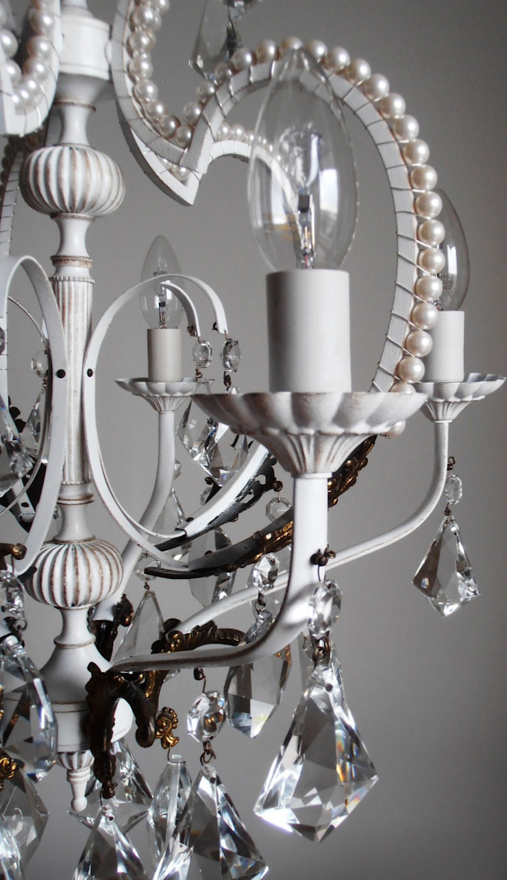 Paris light - white chandelier with faux pearls di Milan Chic Chandeliers Eclettico