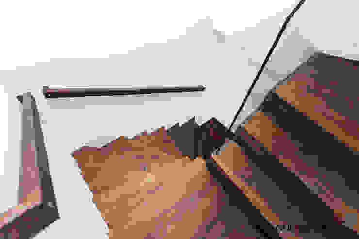 OASE IN DER STADT Moderner Flur, Diele & Treppenhaus von ONE!CONTACT - Planungsbüro GmbH Modern