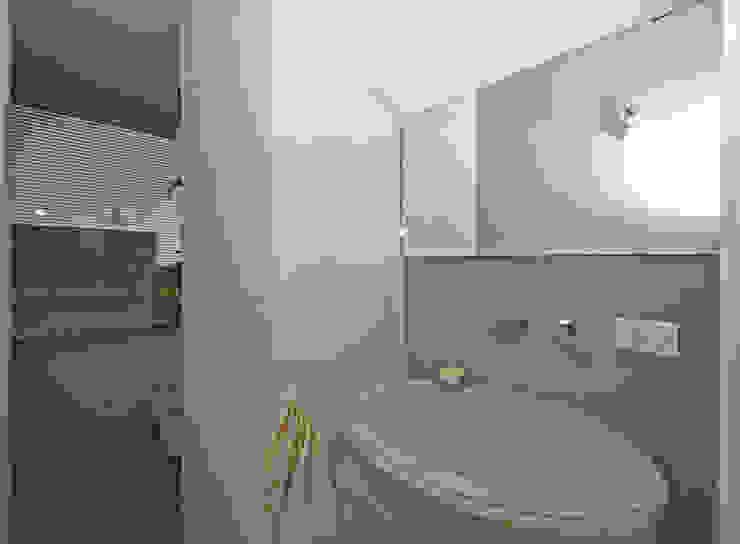 Modern Bathroom by Fabiola Ferrarello Modern
