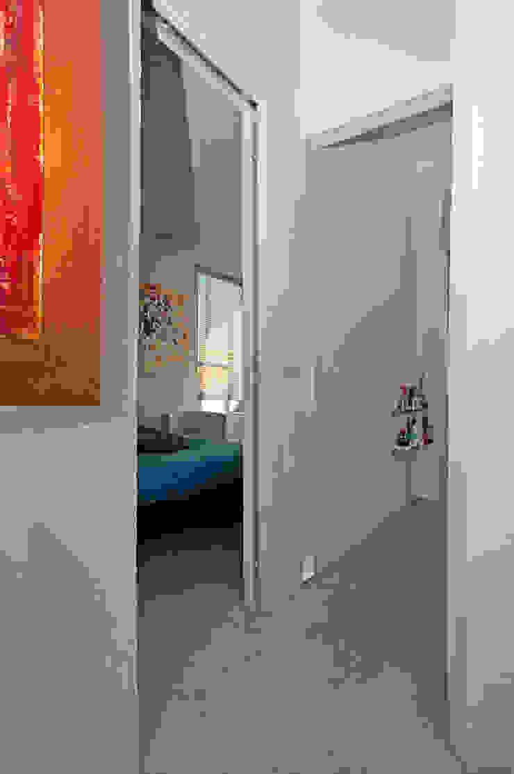 Ristrutturazione di un appartamento in Roma – 70 mq Ingresso, Corridoio & Scale in stile moderno di Fabiola Ferrarello Moderno