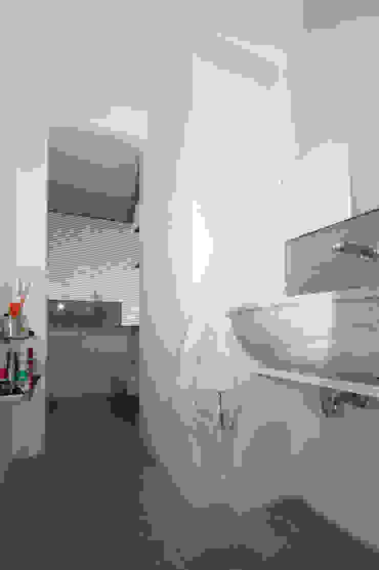 Ristrutturazione di un appartamento in Roma – 70 mq Bagno moderno di Fabiola Ferrarello Moderno
