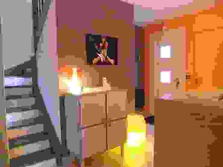 Entrée Couloir, entrée, escaliers modernes par HOME feeling Moderne