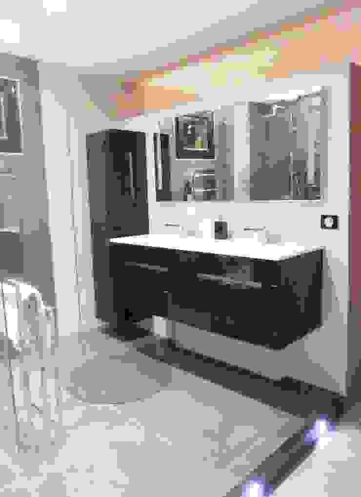 Espace lavabo suspendu dans une suite parentale Salle de bain moderne par HOME feeling Moderne