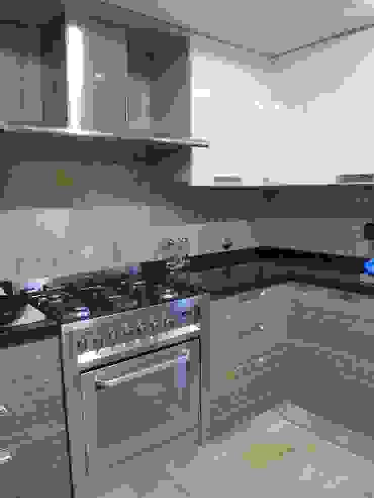 Ristrutturazione abitazione privata Cucina moderna di Barbato Design   LE Moderno