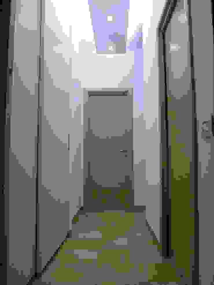 Ristrutturazione abitazione privata Ingresso, Corridoio & Scale in stile moderno di Barbato Design   LE Moderno