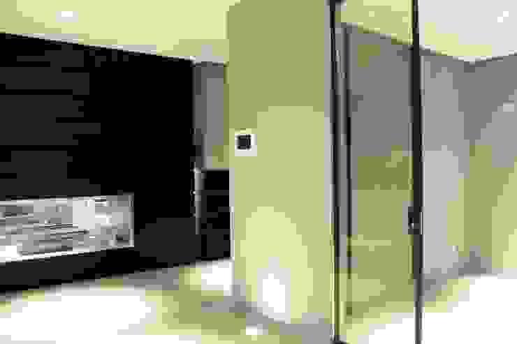 AEX home Ingresso, Corridoio & Scale in stile moderno di Ernesto Fusco Moderno Legno Effetto legno