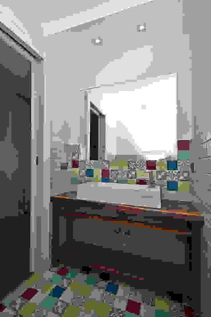 Ristrutturazione di una villa bifamiliare su tre livelli in Roma – 240 mq Bagno moderno di Fabiola Ferrarello architetto Moderno