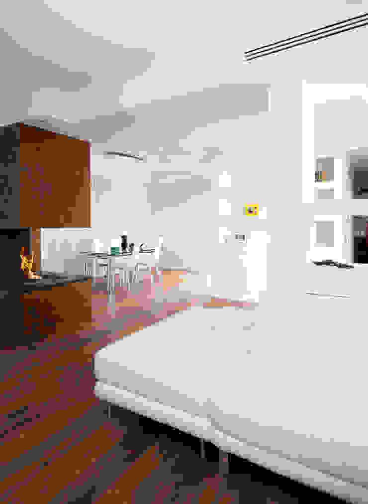 Ristrutturazione di una villa bifamiliare su tre livelli in Roma – 240 mq Soggiorno moderno di Fabiola Ferrarello architetto Moderno