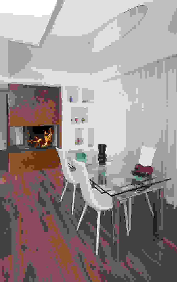 Ristrutturazione di una villa bifamiliare su tre livelli in Roma – 240 mq Sala da pranzo moderna di Fabiola Ferrarello architetto Moderno