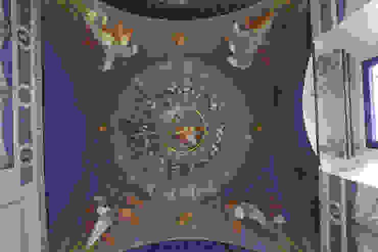 Dettaglio del dipinto a soffitto ottocentesco dopo il restauro. Cumo Mori Roversi Architetti Ingresso, Corridoio & ScaleAccessori & Decorazioni