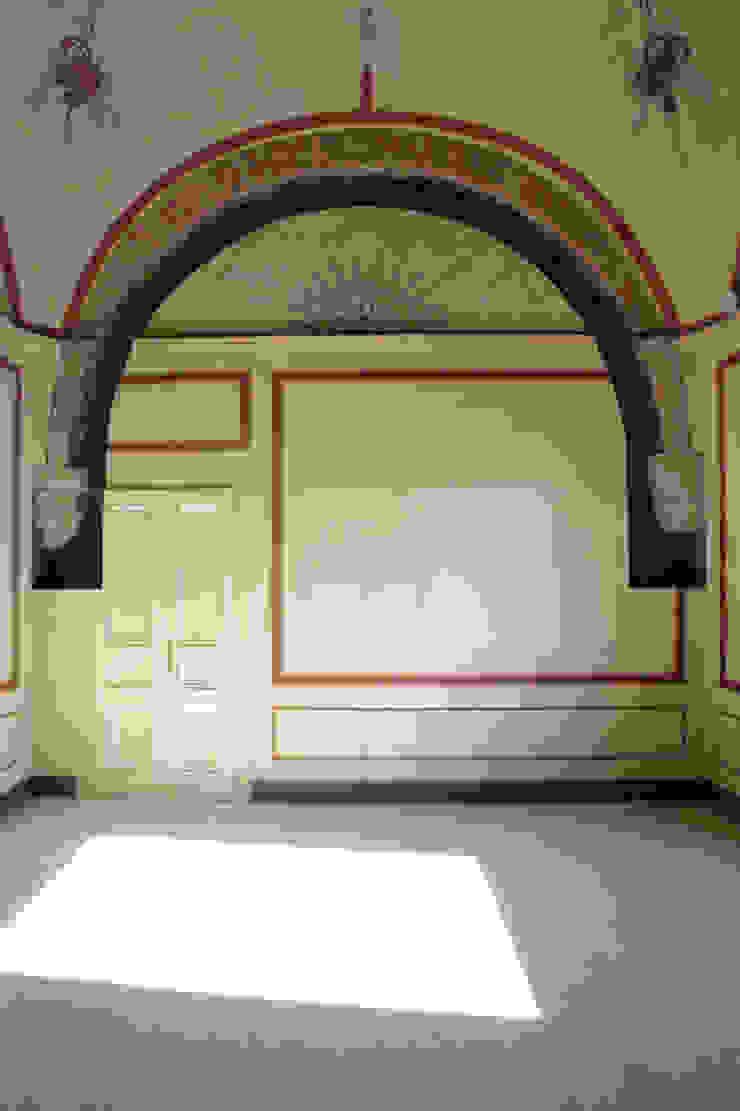 Stanza da letto dipinta al primo piano della torre. Cumo Mori Roversi Architetti Soggiorno moderno