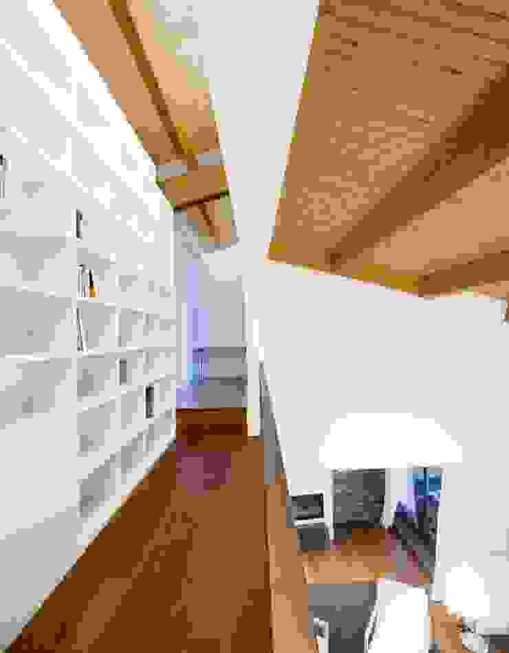 Vivienda en Urduliz Pasillos, vestíbulos y escaleras de estilo mediterráneo de IA+B arkitektura taldea Mediterráneo