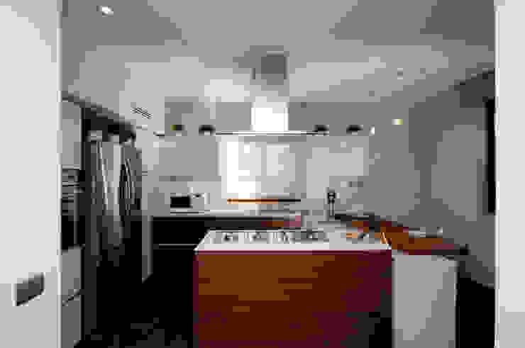 Ristrutturazione di una villa bifamiliare su tre livelli in Roma – 240 mq Cucina moderna di Fabiola Ferrarello architetto Moderno