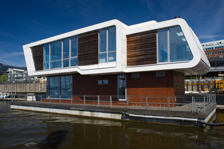FLOATING HOMES Casas de estilo ecléctico