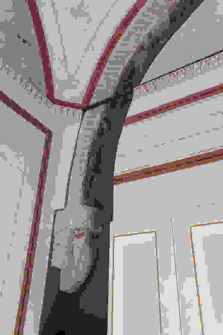 Arco con capitello medievale rinvenuto all'interno della muratura tra le due stanze del piano primo della torre. Cumo Mori Roversi Architetti
