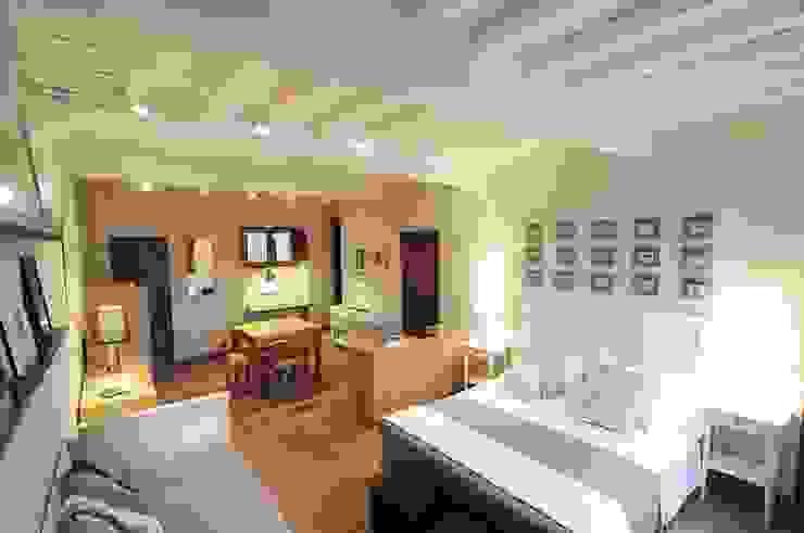 Salas de estar mediterrânicas por Rachele Biancalani Studio Mediterrânico