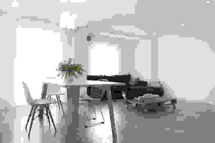 Vivienda El Cabanyal Salones de estilo moderno de Enblanc Moderno