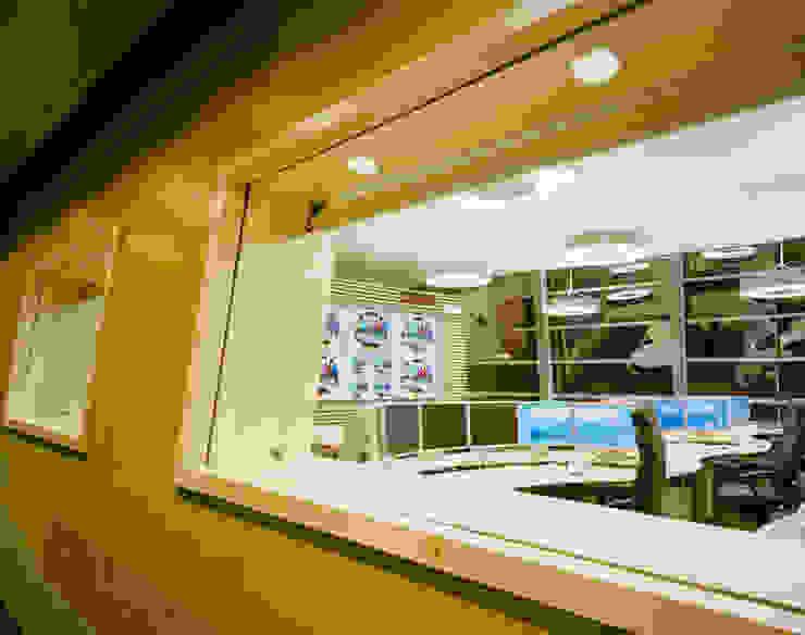 Zargen im schrägen/runden Wandverlauf Moderne Bürogebäude von Tischlerei & Objektdesign Friedrich Gilhaus GmbH Modern