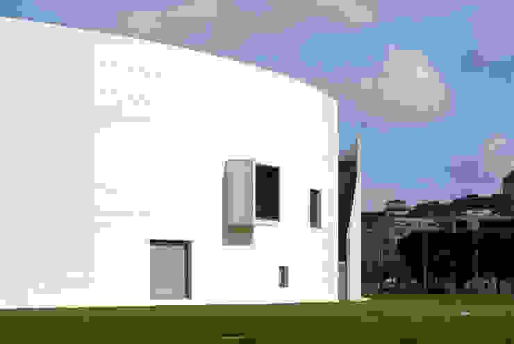 Vista desde el sur con la entrada al jardín interior, ventanas y mirador Escuelas de estilo moderno de JAAM sociedad de arquitectura Moderno