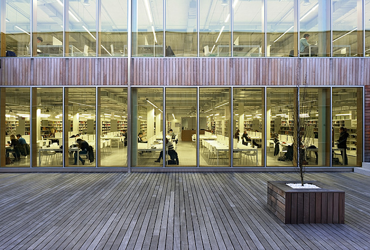 salas de lectura de la biblioteca desde el jardín interior de JAAM sociedad de arquitectura Moderno