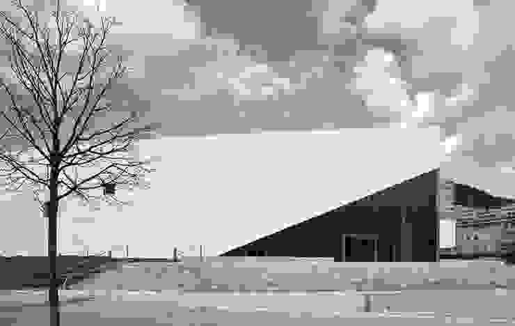 Acceso desde el Sureste Escuelas de estilo moderno de JAAM sociedad de arquitectura Moderno