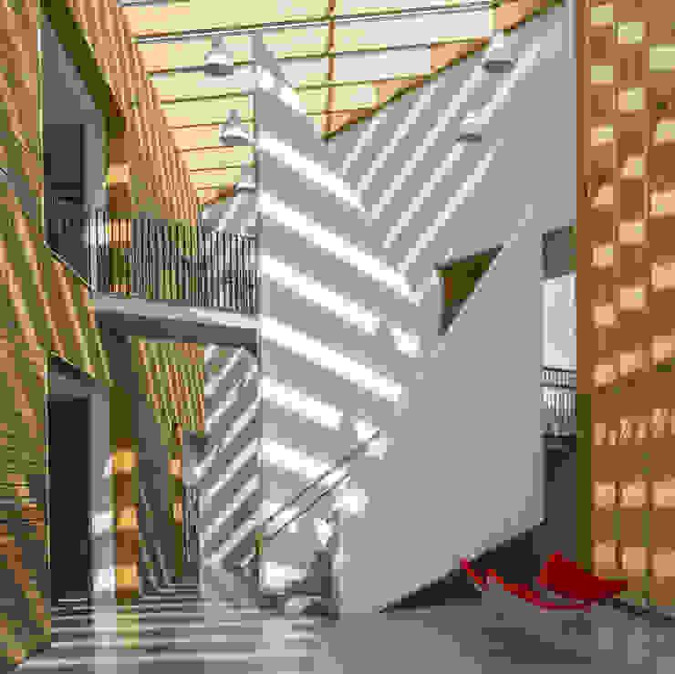 escalera principal Escuelas de estilo moderno de JAAM sociedad de arquitectura Moderno