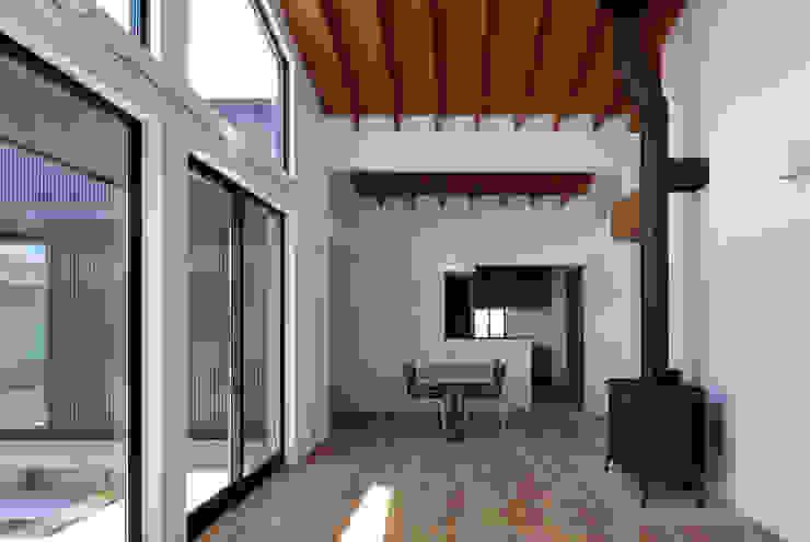 信楽の住宅: 加藤淳一建築設計事務所/JUNICHI KATO & ASSOCIATESが手掛けたリビングです。,モダン