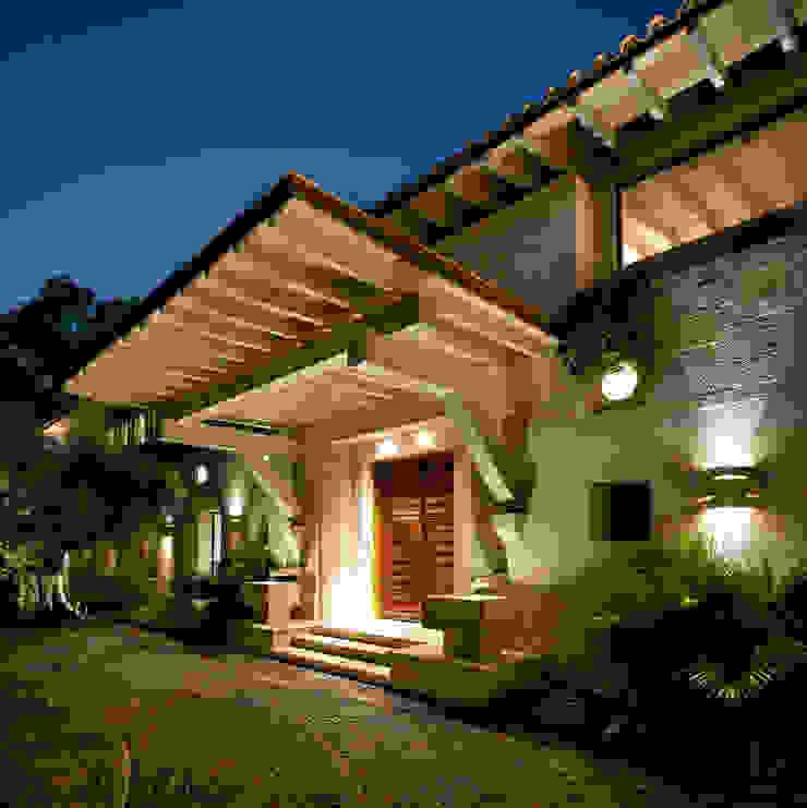 Entrada Artigas Arquitectos Puertas y ventanas de estilo rústico