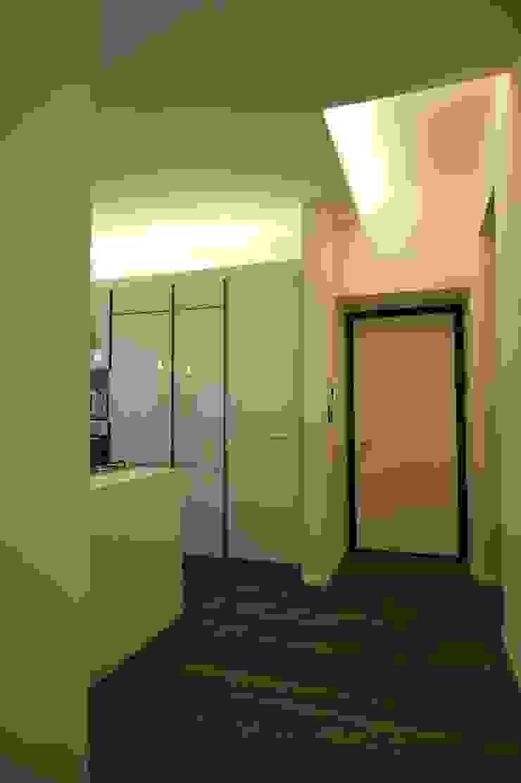 verticali Ingresso, Corridoio & Scale in stile moderno di bloom graficamentearchitettato Moderno