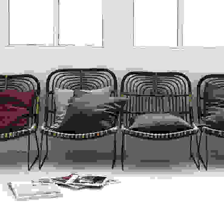 Simple linen pillows: modern  by Decorum, Modern