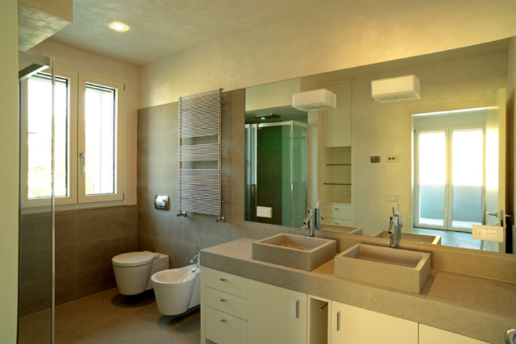 浴室 根據 Massimo Vallotto Architetto