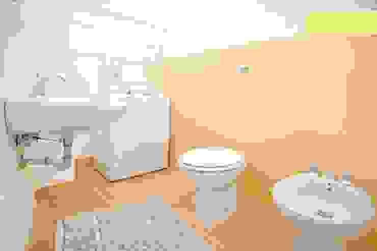bagno Bagno eclettico di meb progetto ambiente Eclettico
